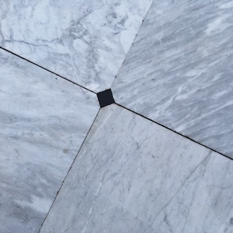 Alte Bodenfliesen aus Carrara-Marmor 74 x 74 cm mit Kettsteine