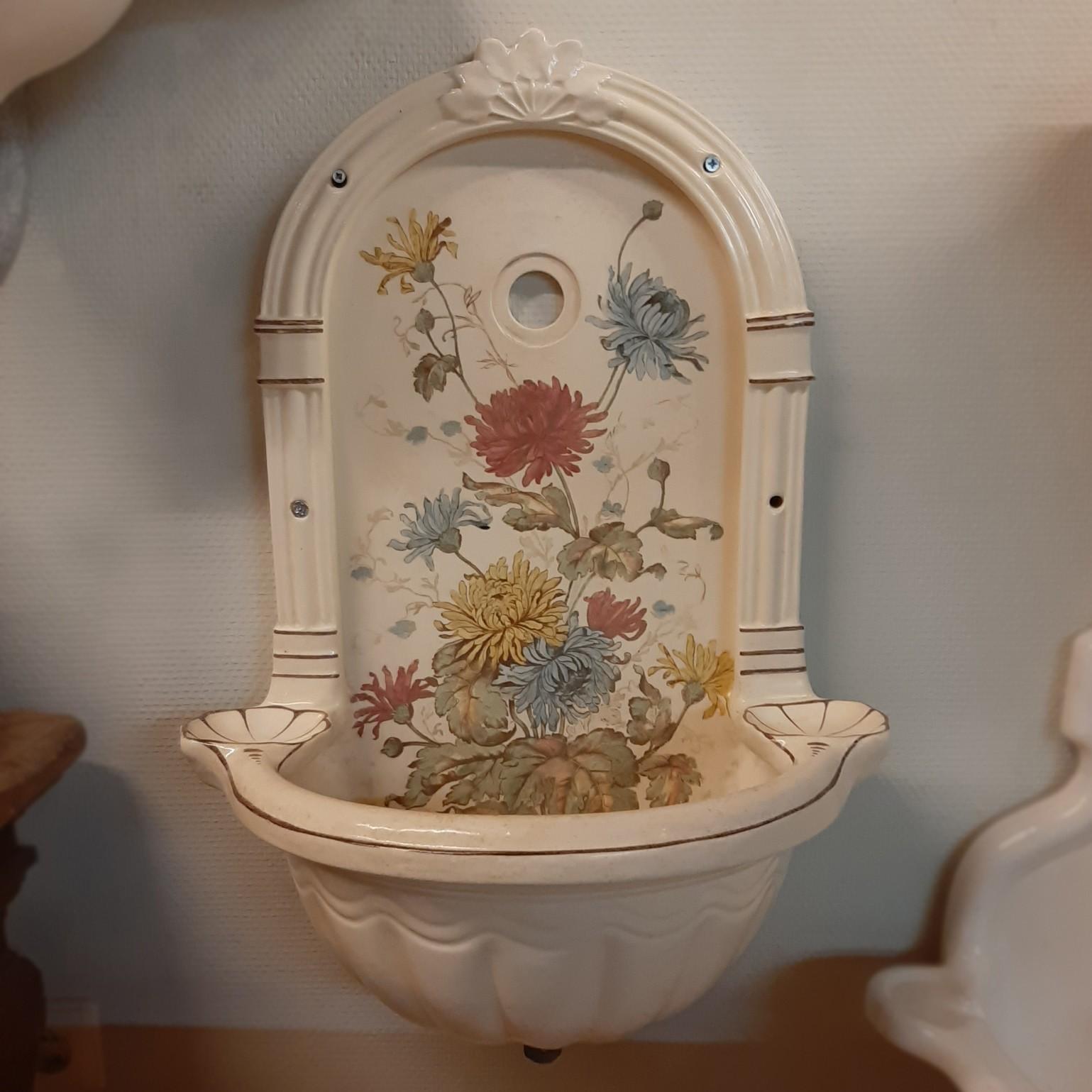 Alter Wandbrunnen mit Kamm-Muscheln und Blumenmuster