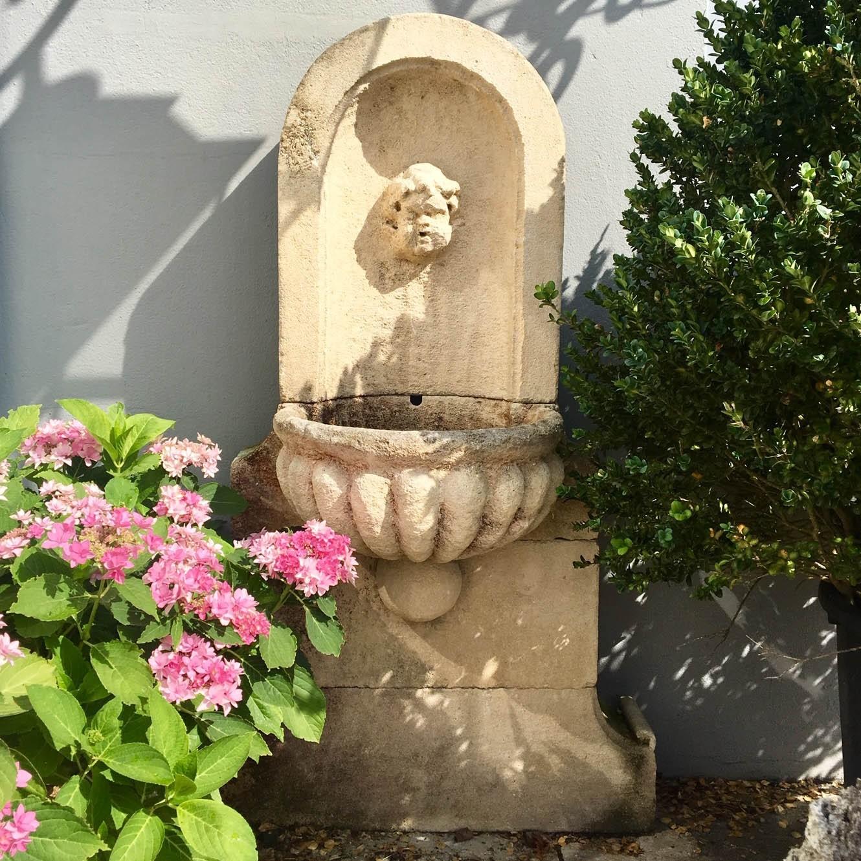 Natursteinmauerbrunnen