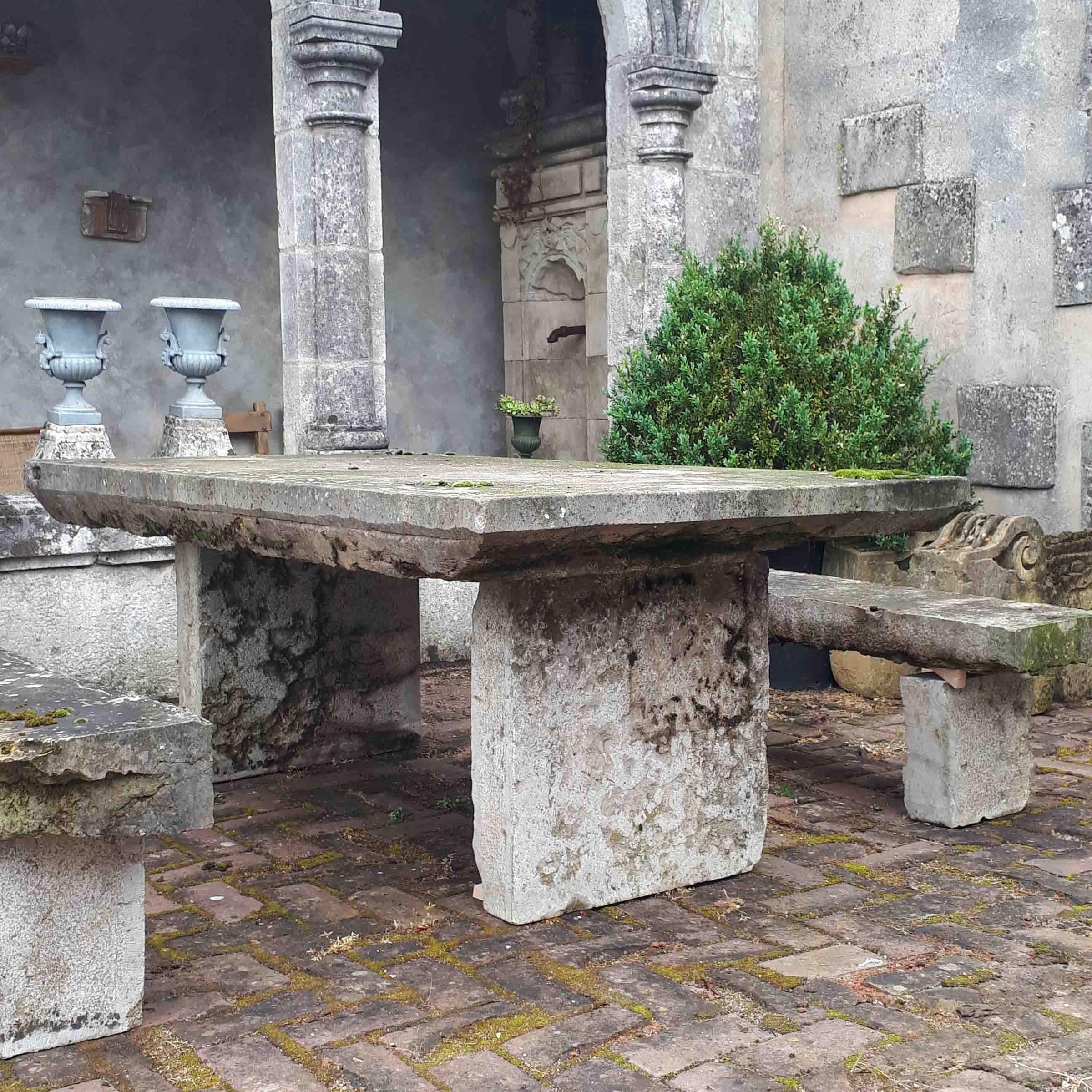 Alter Naturstein Gartentisch mit Bänke