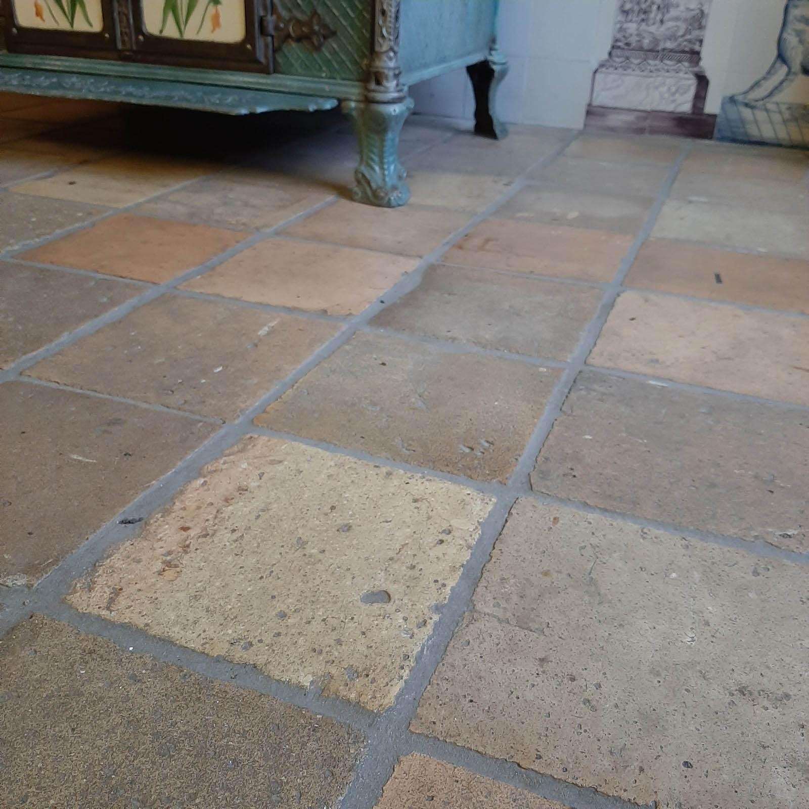Antike französische Terrakottafliesen in Gelb- und Pfirsichtönen