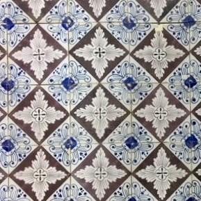 Antike Wandfliesen mit vierstufigem Muster
