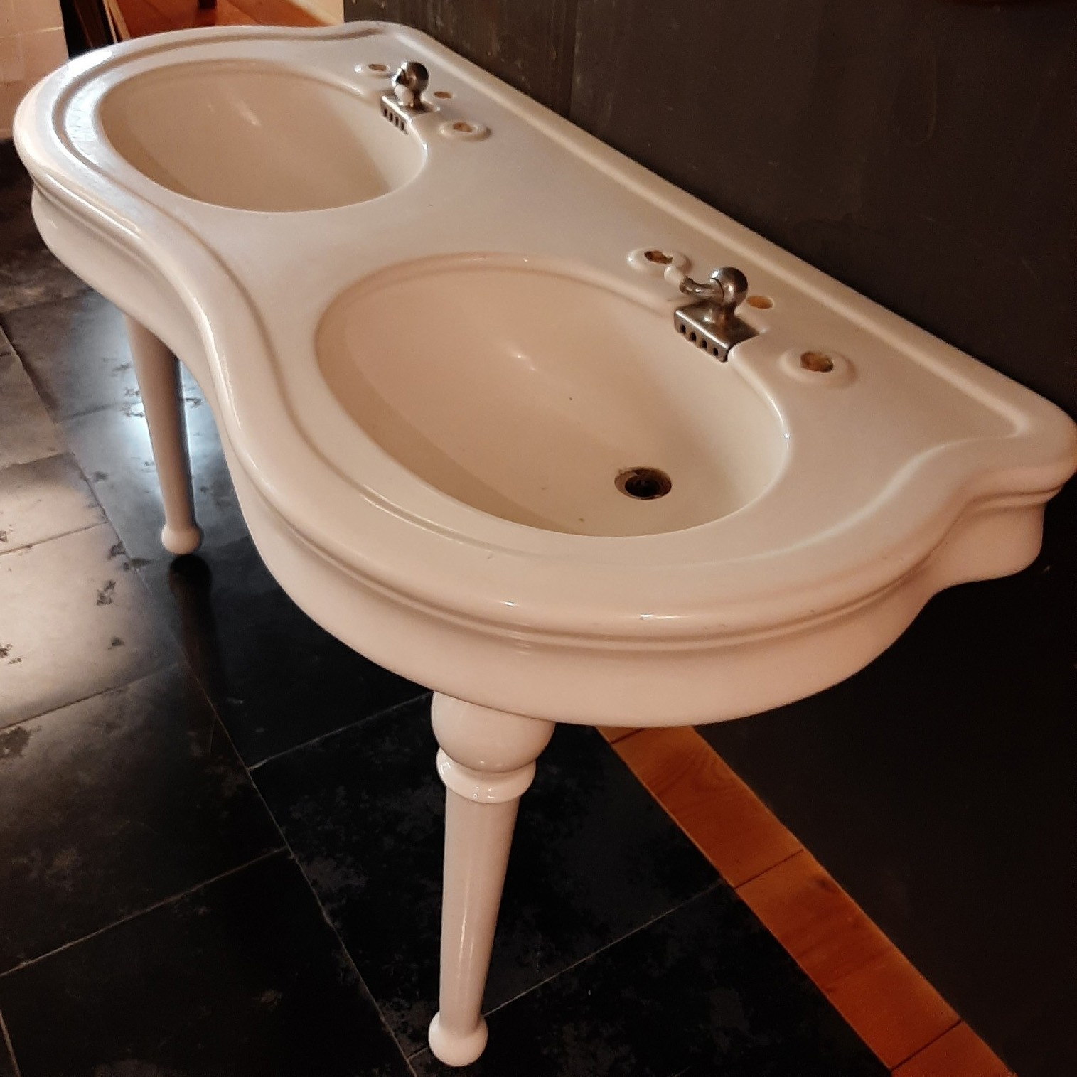 Antikes Keramikbecken mit Doppelwaschbecken