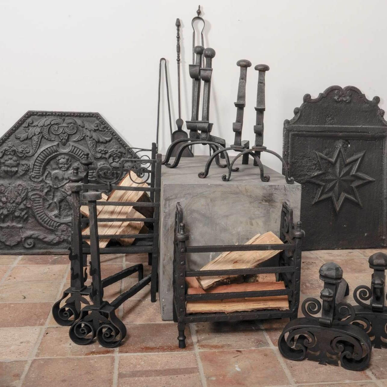 Auswahl von antike Schmiedeeisen und Gusseisenen Feuerböcke.