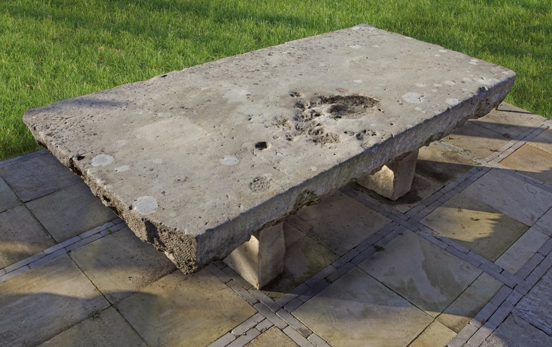 Großer Naturstein Gartentisch aus dem 20. Jahrhundert.