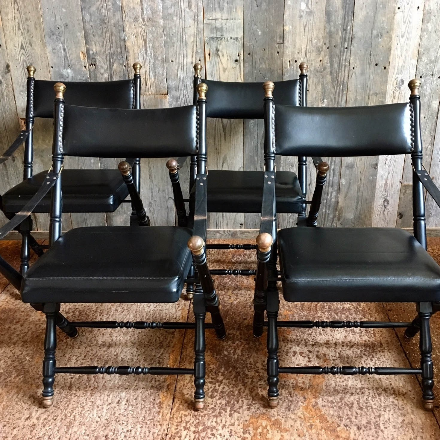 """""""campaign chairs"""" aus leder im Stil von Maison Jansen"""