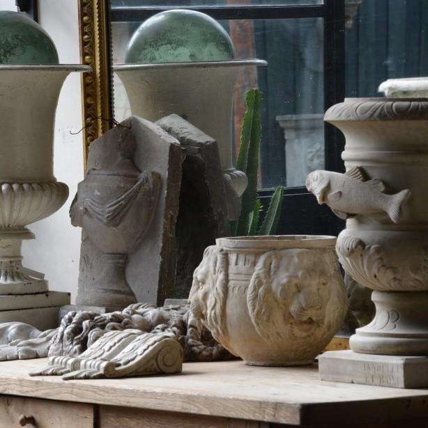 Collage von Marmor Vase und Objekte