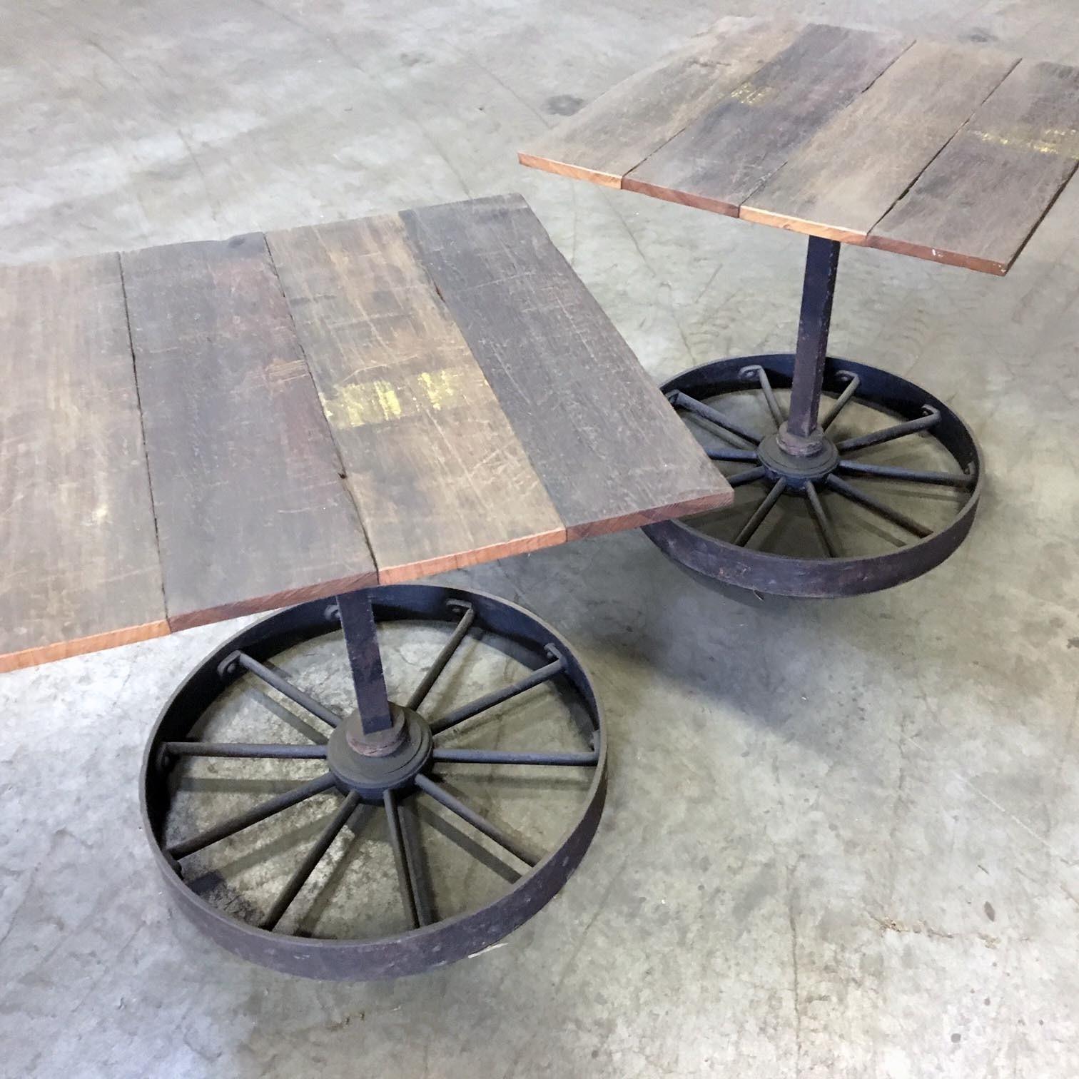 Ein paar Tische aus alten Wagenteilen