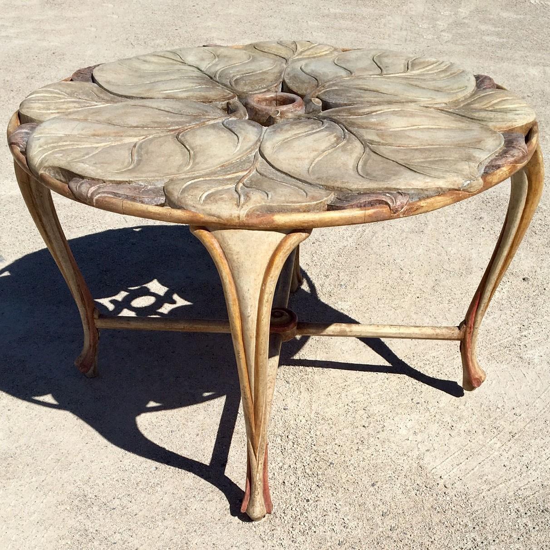 Runder Vintage Tisch aus geschnitztem Holz der 70er Jahre