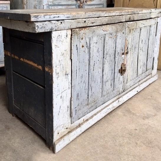 Grau lackierte Werkbank mit Türen mit schöner Patina