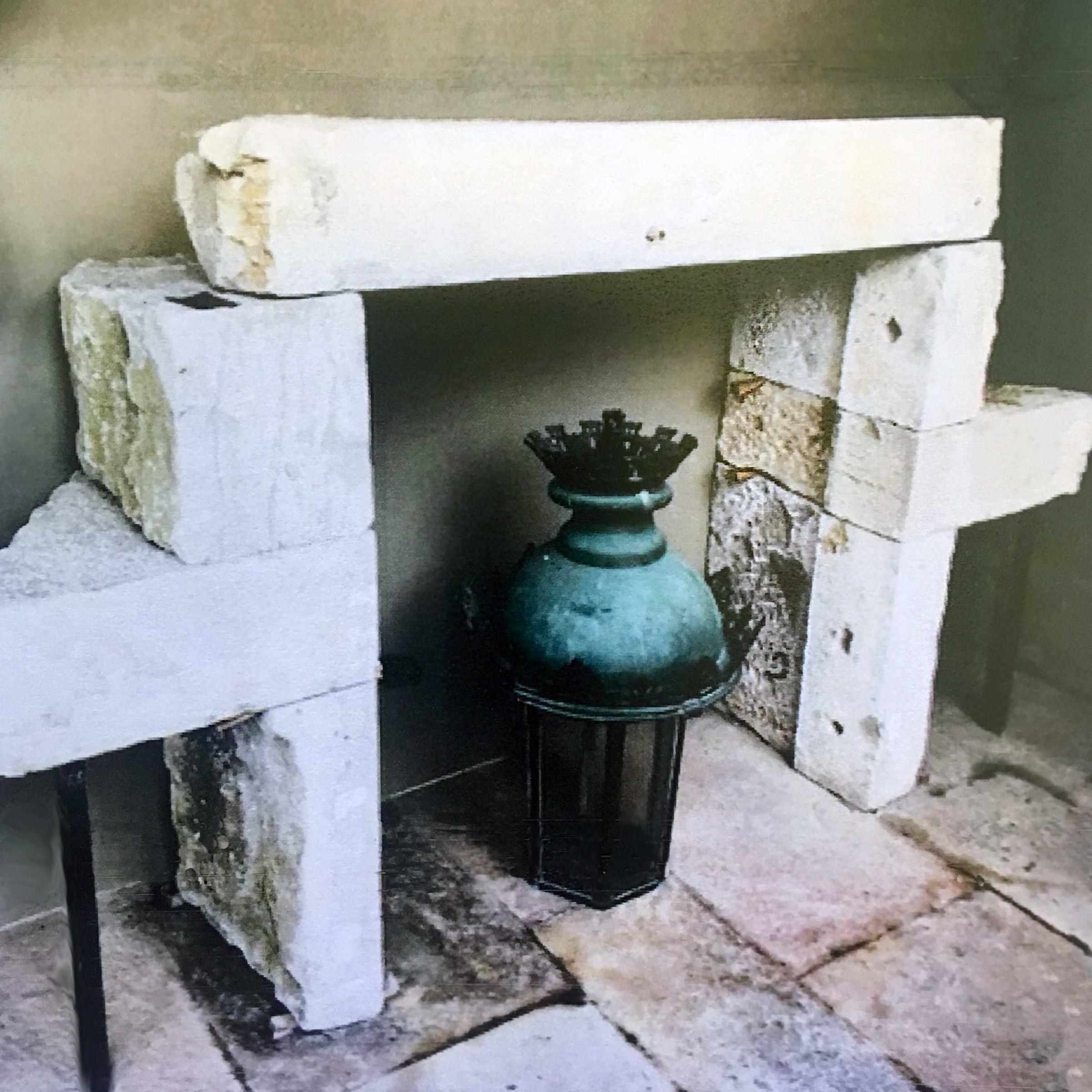 Grob geschnitzter Sandsteinkamin