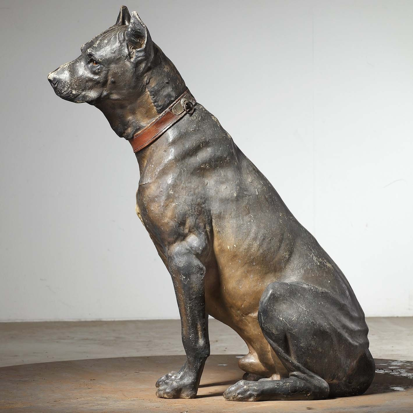 Große Terrakotta-Skulptur eines Hundes