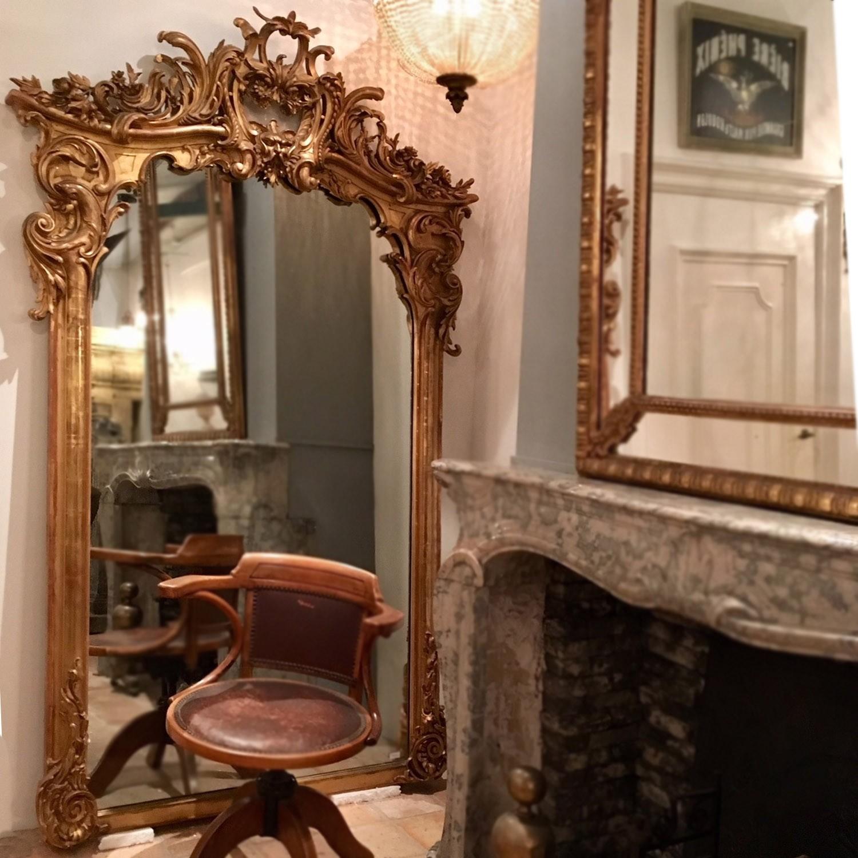 Großer antiker dekorativer Spiegel