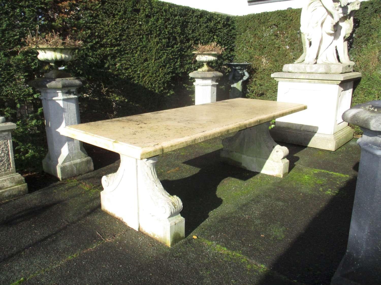 Alter Steingartentisch