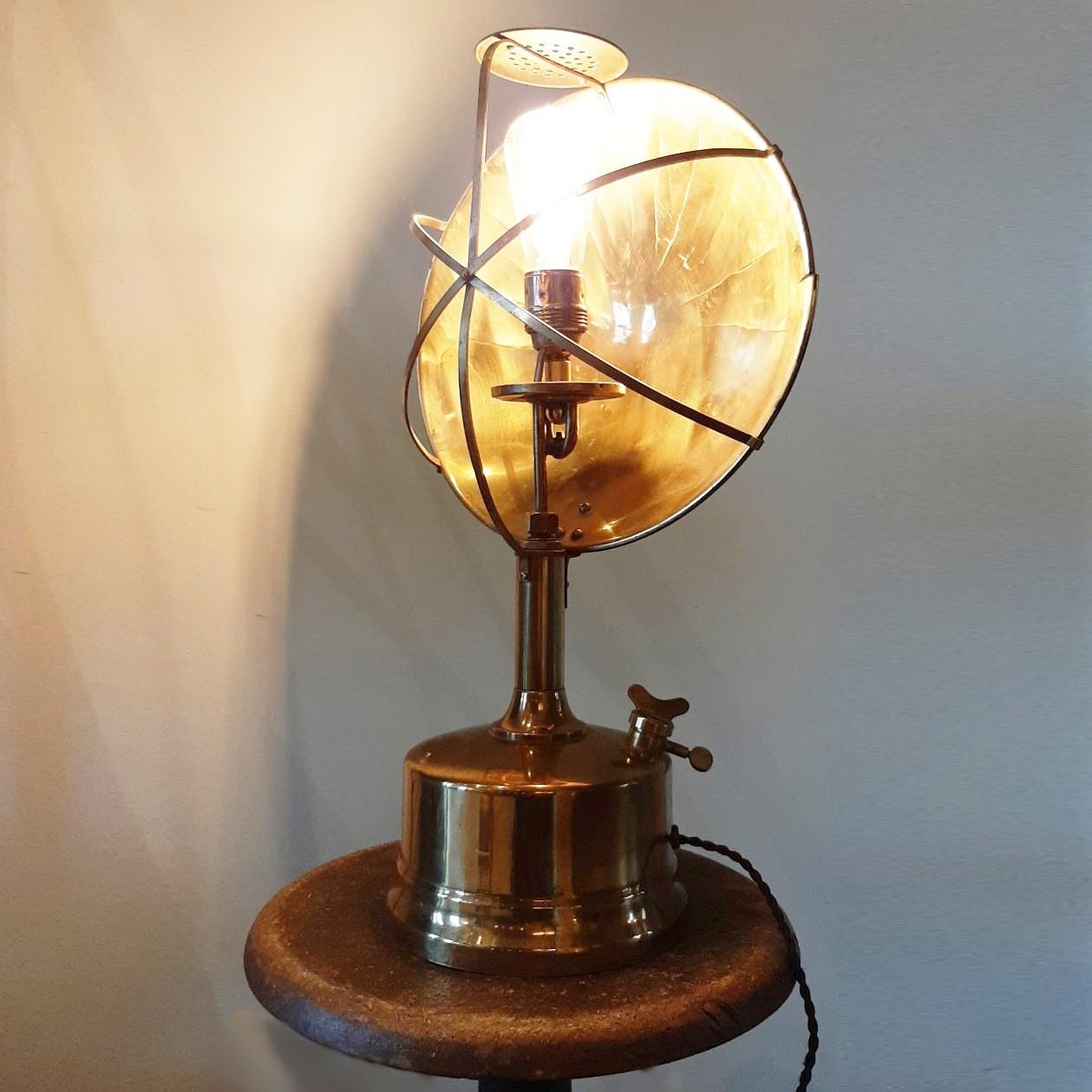 Industrielle Tischlampe aus alten Materialien