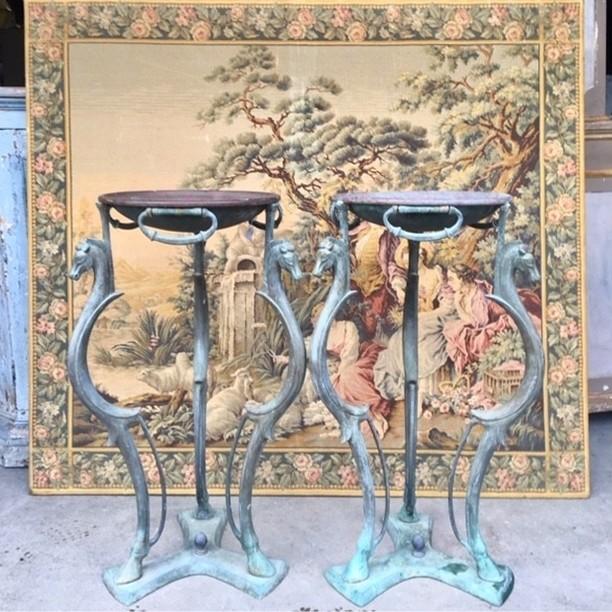 Zwei italienische 40-jährige Gueridons aus Bronze, die als Pflanzenstandard oder -tische verwendet werden können.