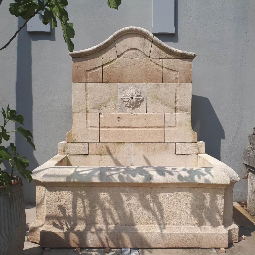 Schöner Natursteinwandbrunnen