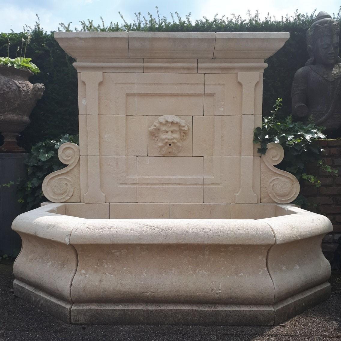 Großer Natursteinmauerbrunnen