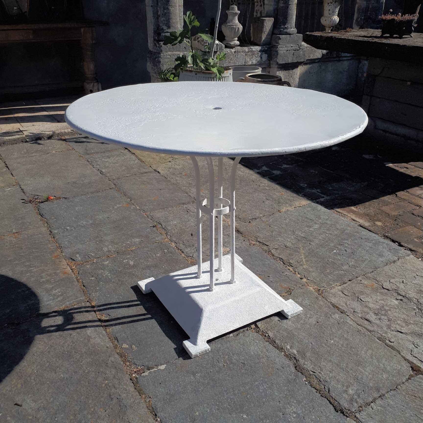 Runder weißer Gartentisch des alten Eisens