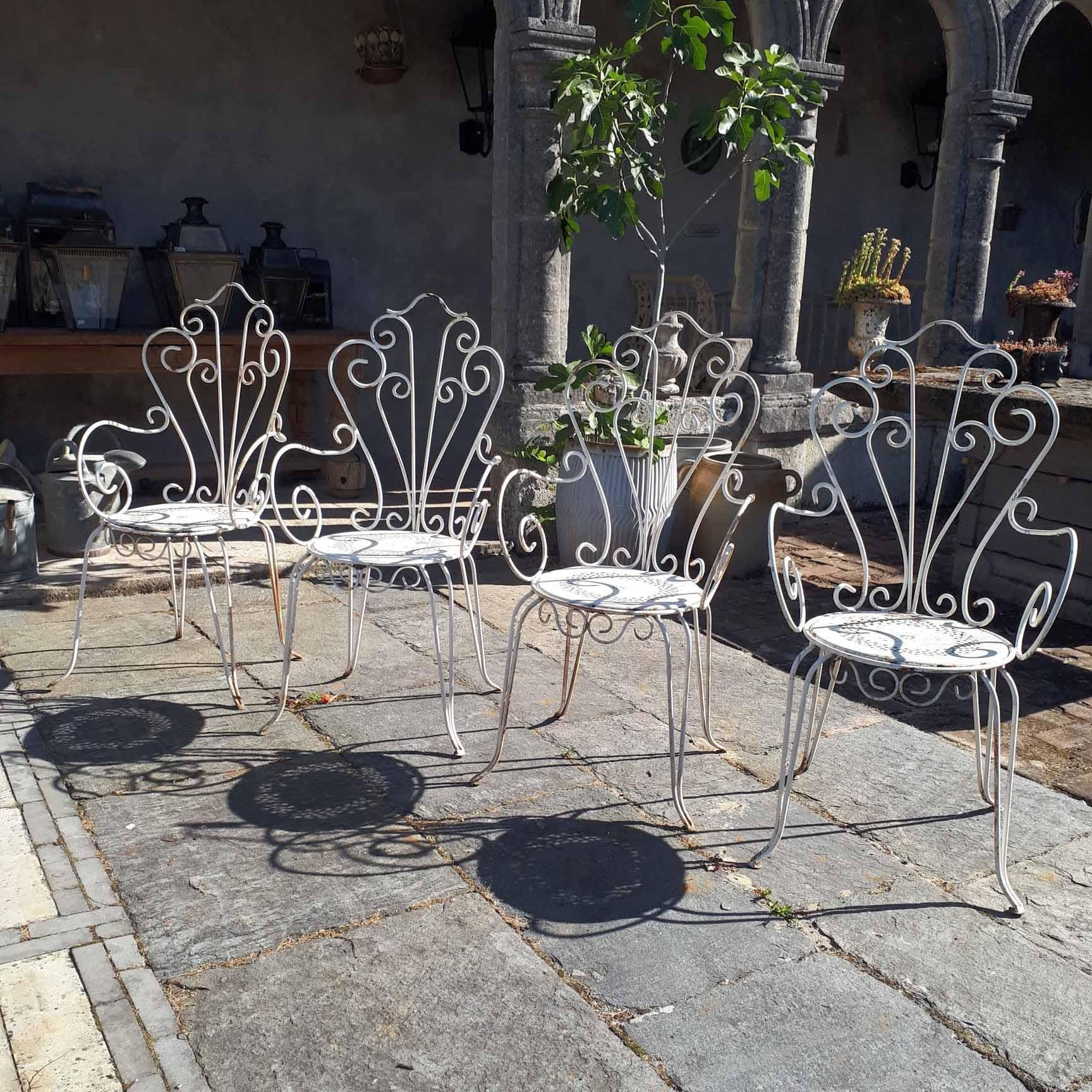 Satz von vier weißen alten Eisengartenstühlen