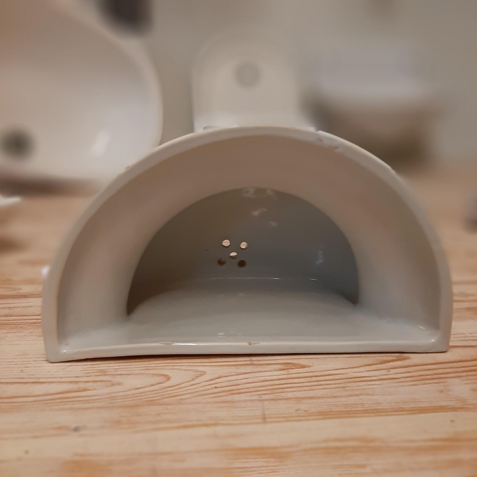 Altes kleines graues keramisches Waschbecken