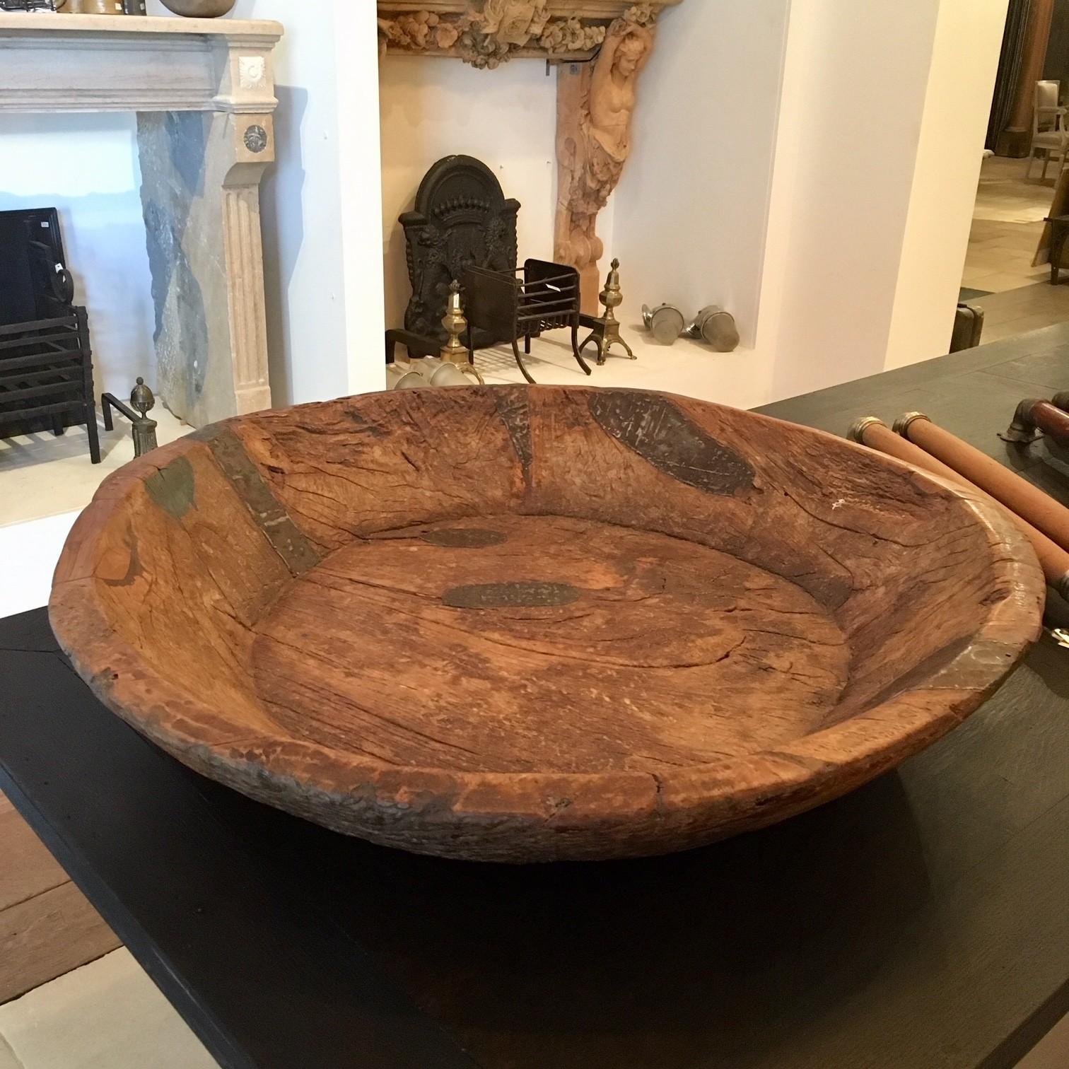 Sehr große alte robuste Holzschale aus einem Baumstamm