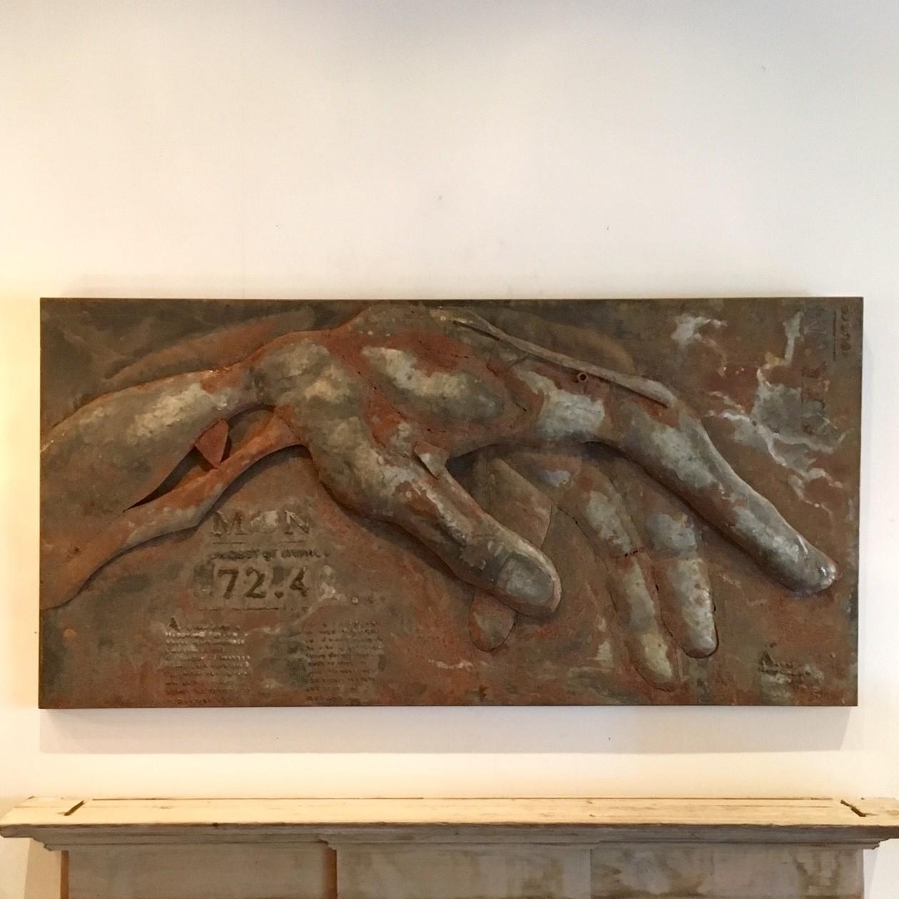 Rostige Wandskulptur einer Hand