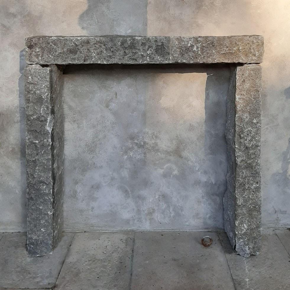 Robuster, schlichte, antike Kamin aus grauem Granit