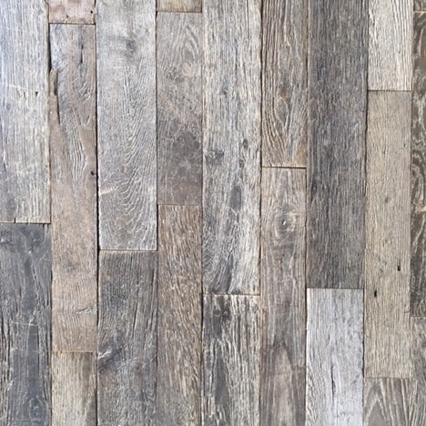 Sehr alter und gealterter grauer schmaler Eichen-Dachboden