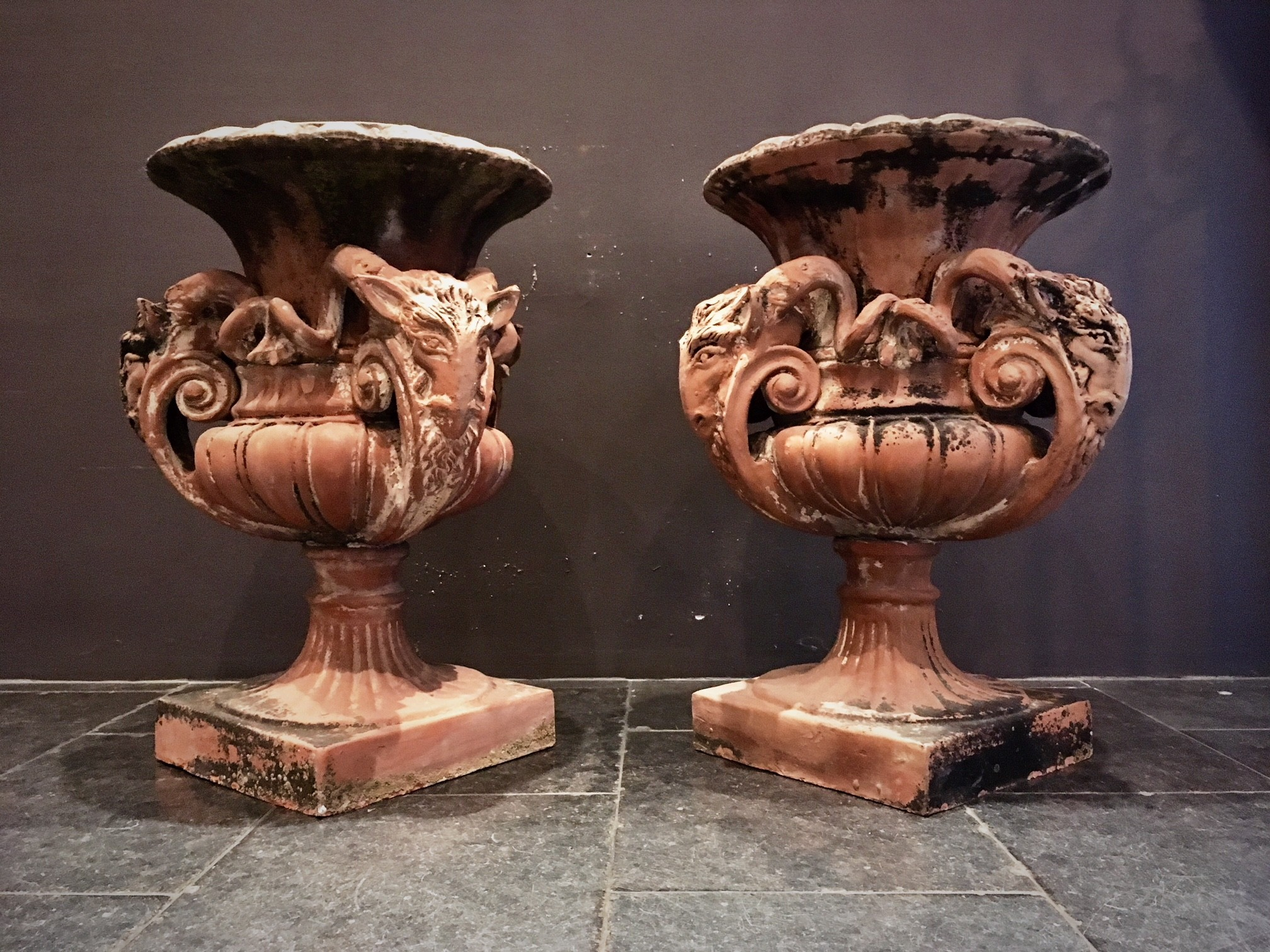Besondere antike Terrakotta-Gartenvasen