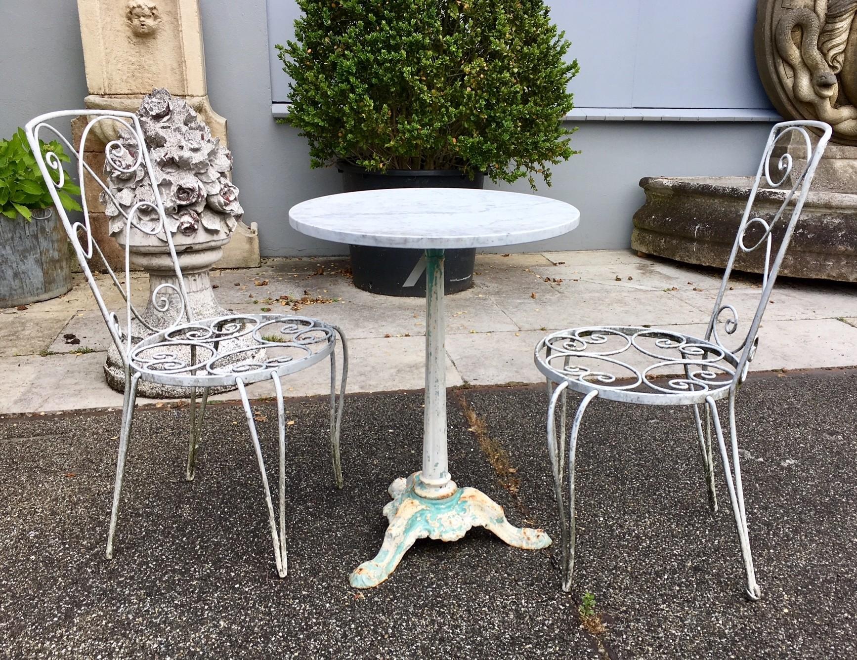 Antiker Gartentisch mit zwei Stühlen