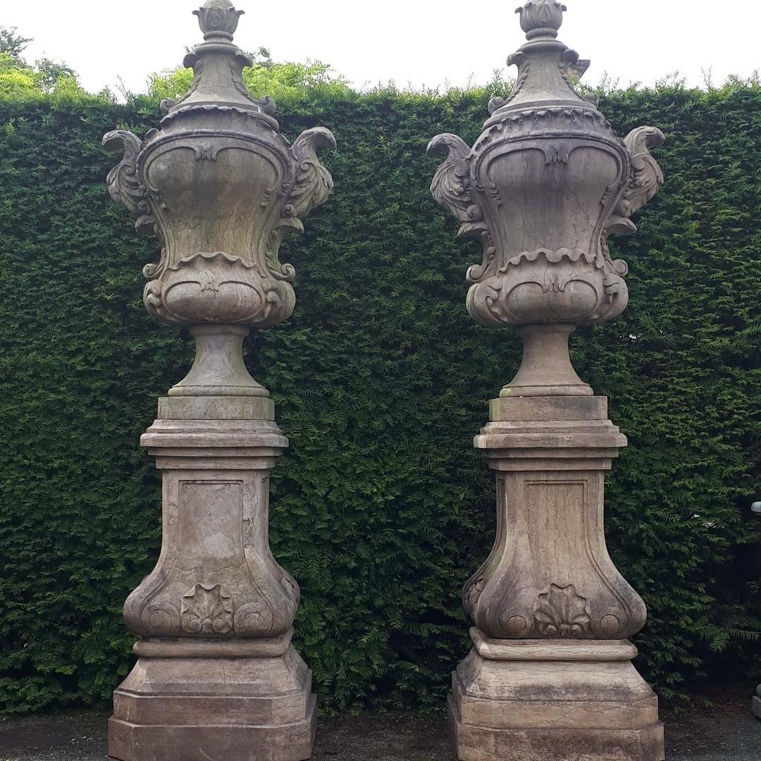 Große Gartenvasen aus Naturstein auf Sockel