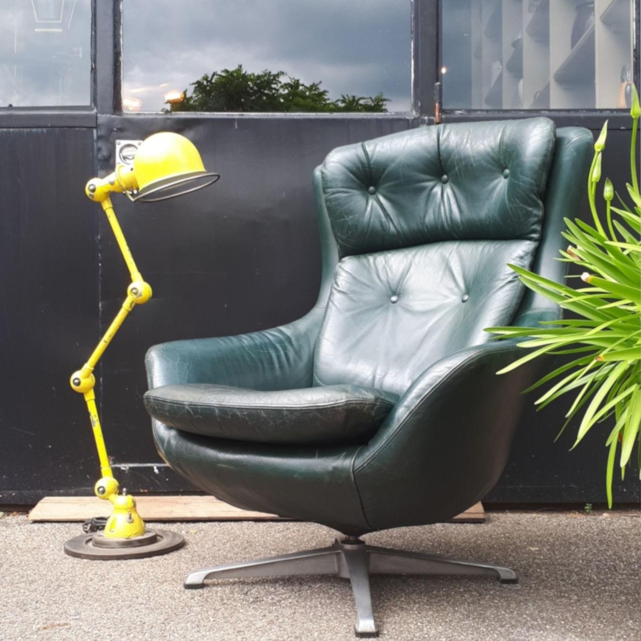 vintage drehsessel grünem leder stahlfuß mit gelbe industrielampe