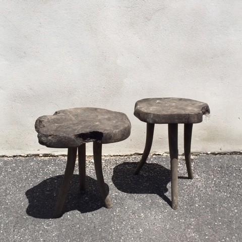 Zwei-Wabi-Sabi-Holz-Beistelltische
