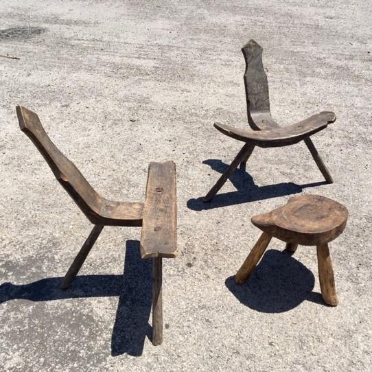 Wabi-Sabi-Holzstühle-mit-Beistelltisch