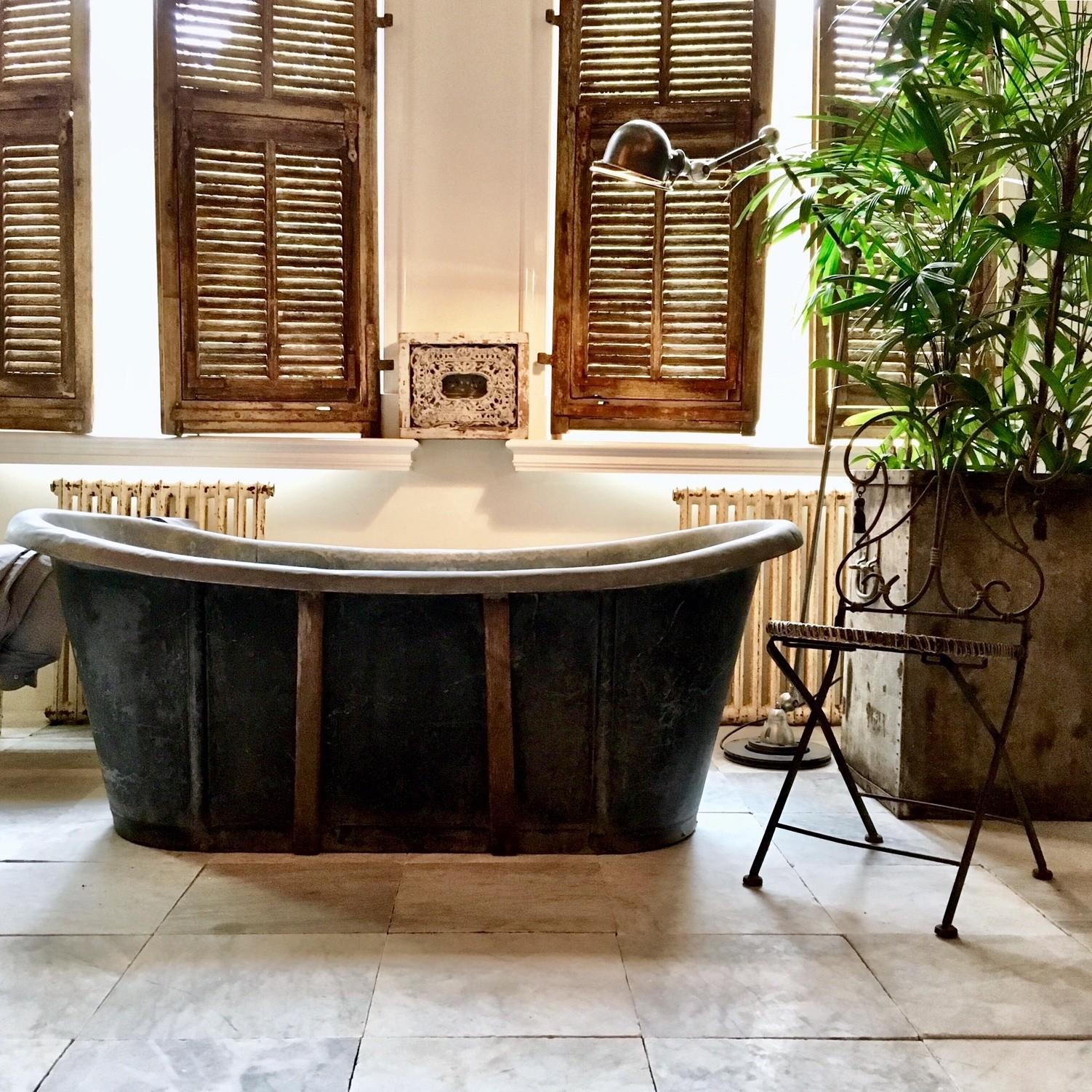 Alte Badewanne aus dem 19. Jahrhundert