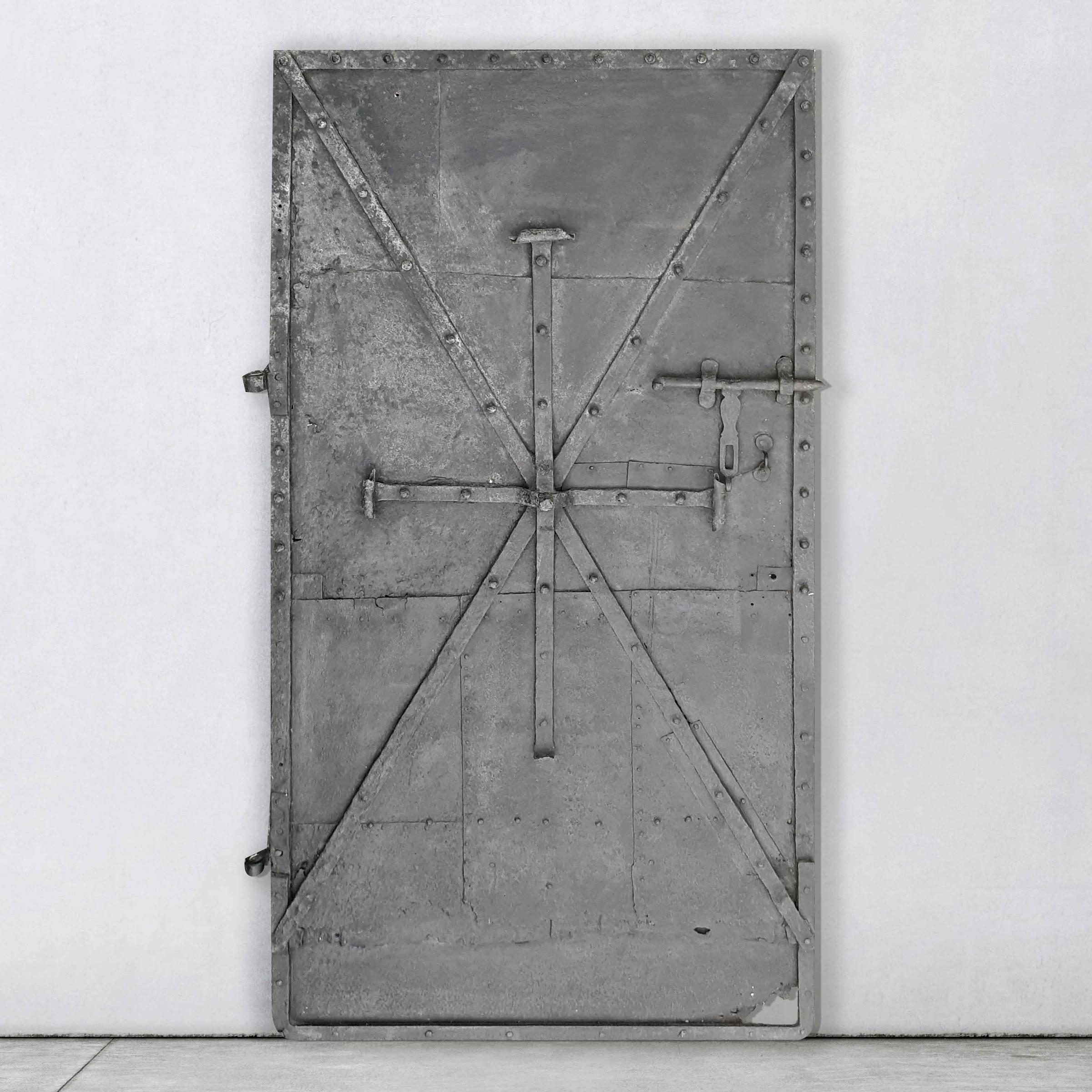 Antike schwarze Stahltür